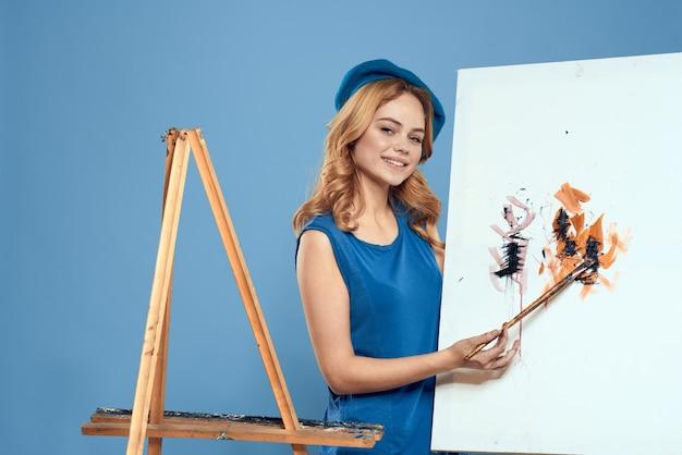 女性アーティストテールハンドブラシ描画アートクリエイティブライフスタイルブルー。