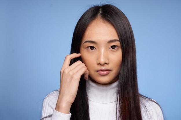 女性アジアの外観トリミングされたビュー魅力的な外観スタジオ青い背景