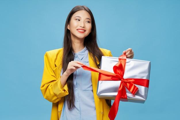 여자 아시아 모양 선물 휴일 생일 파란색 배경
