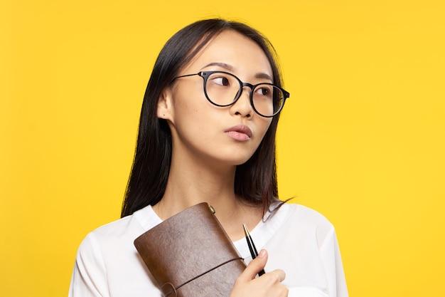 手ペンコミュニケーションオフィスの公式で女性アジアの外観のメモ帳