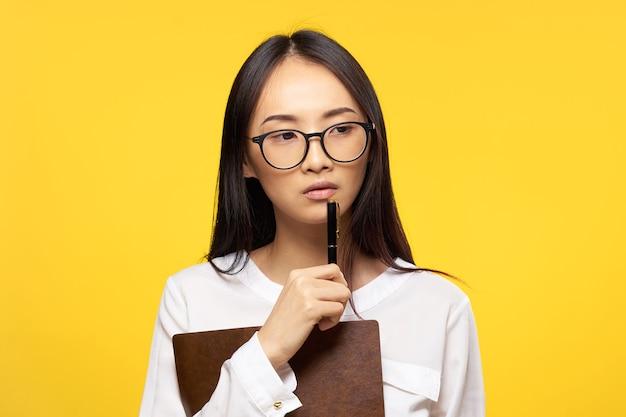 여자 아시아 외관 비서 작업 사무실 노란색 배경