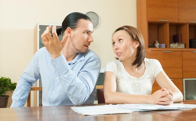 구매를 위해 남편에게 돈을 요구하는 여자