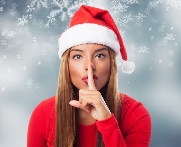 Женщина просит тишины в снежинки задний