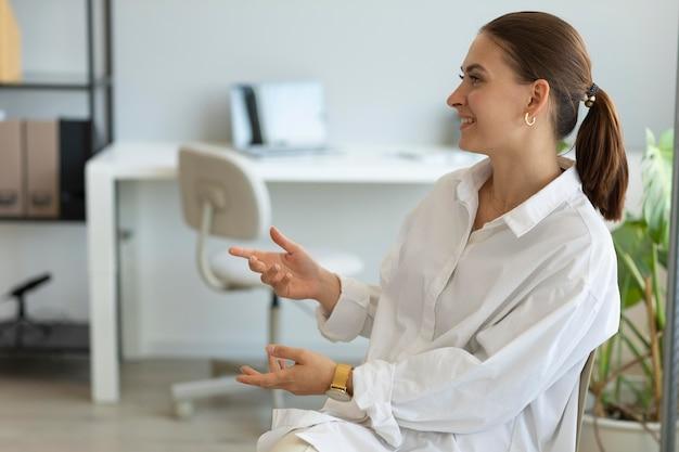 Donna che fa domande per un colloquio