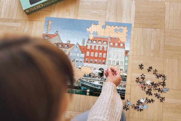 코펜하겐 니하운의 직소 퍼즐을 조립하는 여성