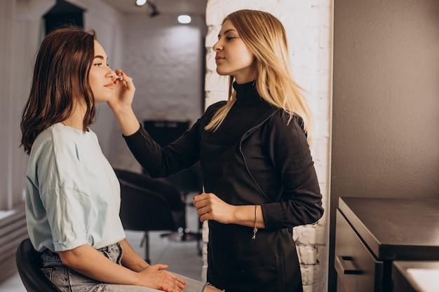 Женщина в салоне красоты делает макияж