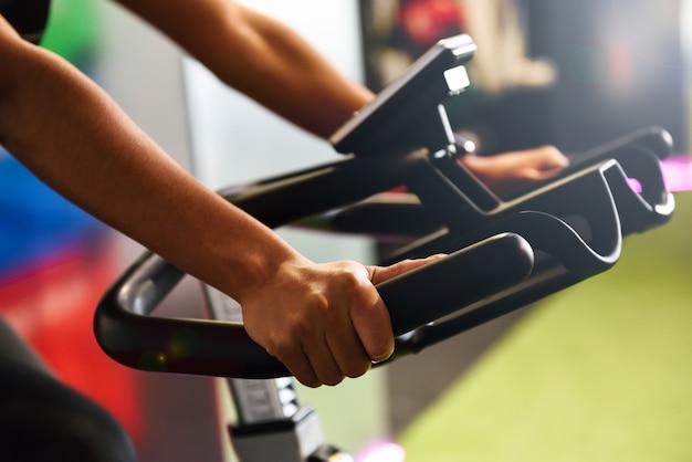 스마트 시계와 실내 회전 또는 사이클로를하고 체육관에서 여자