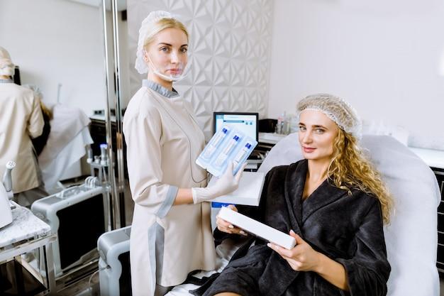 Женщина в клинике красоты. красивая молодая женщина в спа салоне. женский косметолог консультация женского клиента в медицинском и косметологическом центре.