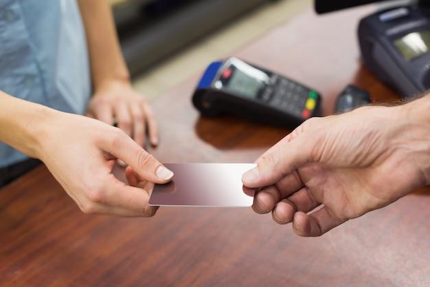 Женщина в кассе с кредитной картой