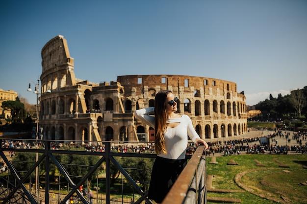 コロッセオ、ローマ、イタリアの女性。