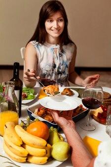 Женщина за обеденным столом
