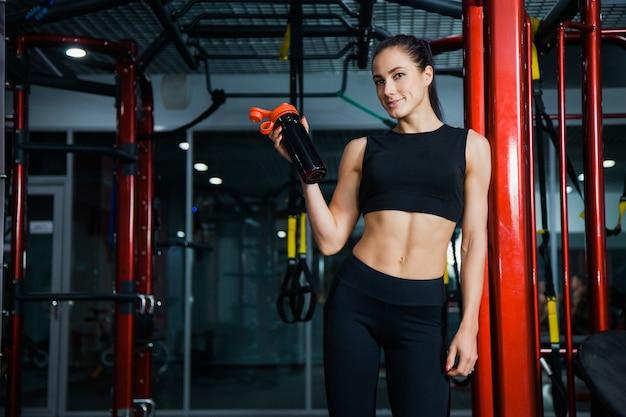 체육관에서 여자 물으로 셰이 커를 개최. 스포츠 클럽에서 열심히 운동 후 여자 선수