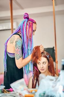 ヘアサロンで髪をしている女性