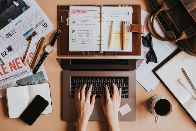 ノートパソコンを使用して彼女の机の上の女性