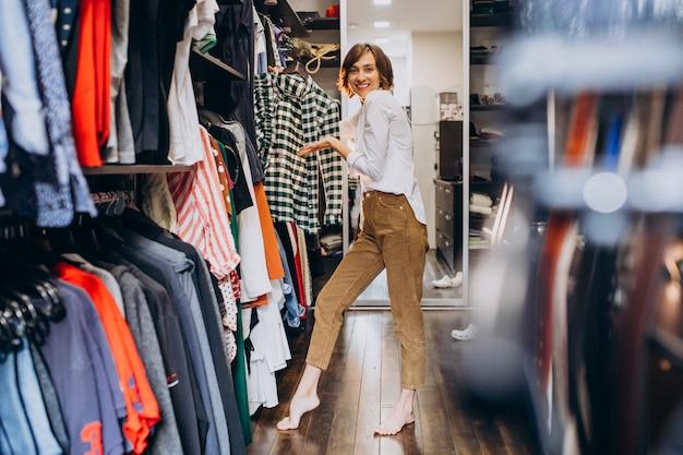 Женщина дома выбирает одежду из своей гардеробной