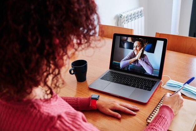 Женщина дома делает видеоконференцию