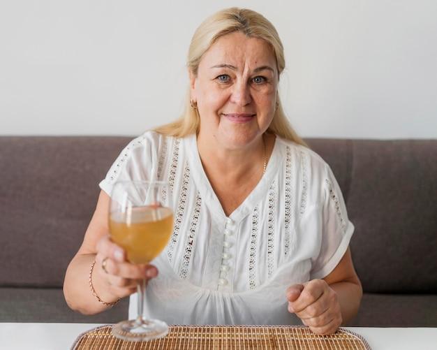 飲み物を持っている検疫の自宅で女性