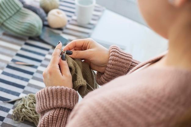 여자 집에서 뜨개질을 닫습니다.