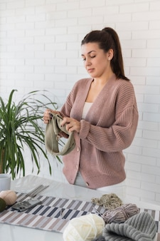 Женщина дома вязание