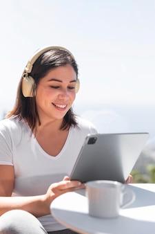 Женщина дома слушает музыку