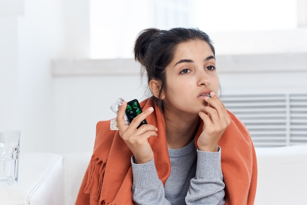 집에서 여자 약 치료 감염 건강 문제