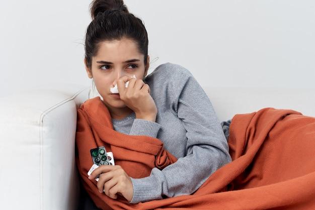 健康上の問題を抱えている自宅の女性インフルエンザウイルス