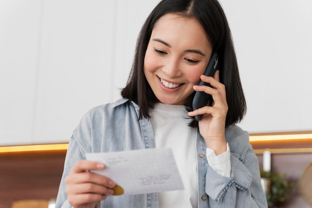 メールを読んでいる家の女性