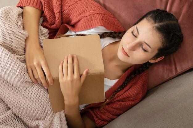 여자 집에서 독서