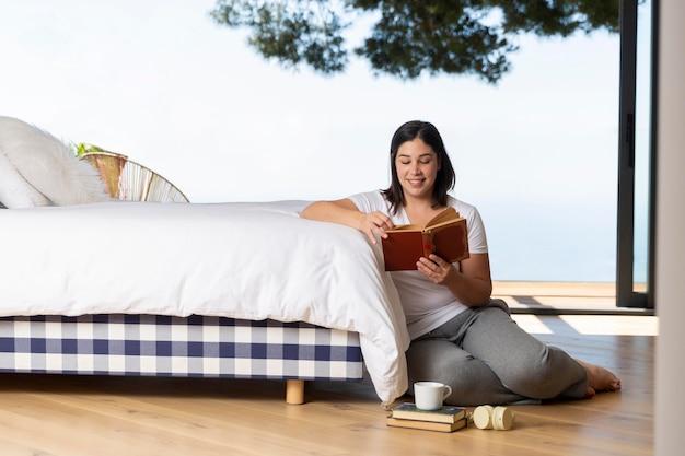 Женщина дома читает
