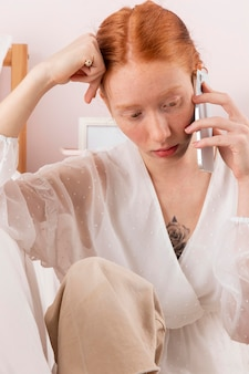 モバイルで話している自宅の女性