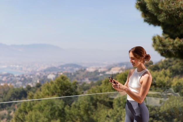 Женщина дома с помощью мобильного телефона