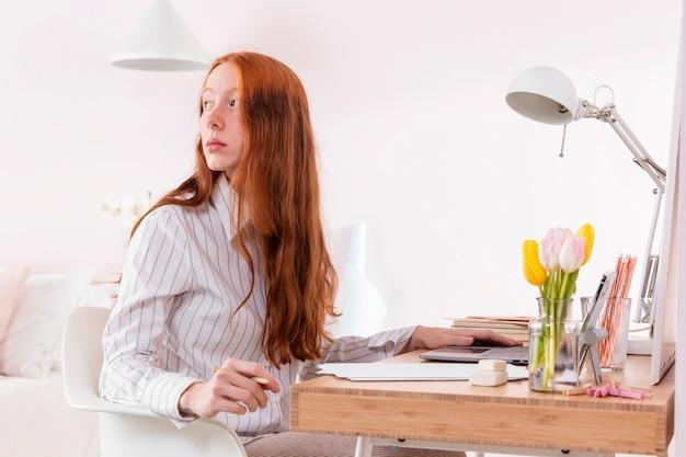 自宅でラップトップに取り組んでいる女性
