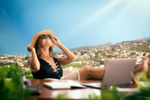 Женщина за офисным столом думает о путешествии