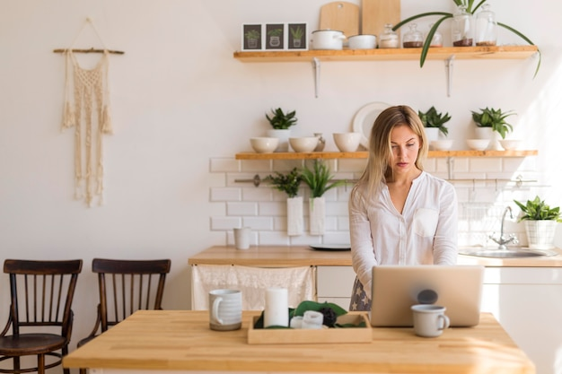自宅でのオンライン会議の女性