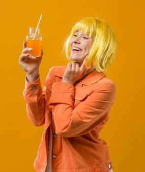 カクテルを飲むパーティーの女性