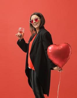 ワインを飲むパーティーの女性