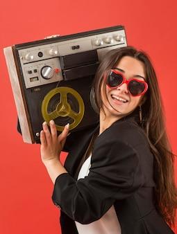 라디오와 선글라스를 착용하는 파티에서 여자