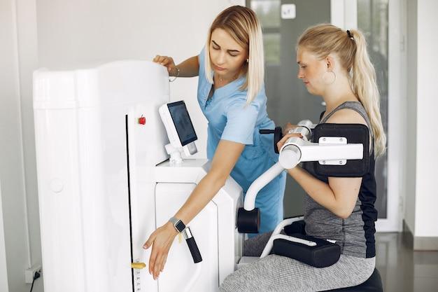 자격을 갖춘 치료사와 함께 물리 운동을하는 물리 치료 여성
