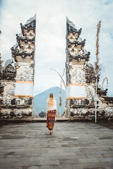 Женщина в храме пура лемпуянг на бали
