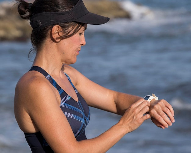 Женщина на берегу моря проверки часов