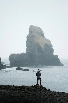 Женщина в заливе талискер на острове скай в шотландии