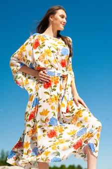 Женщина на пляже в тунике саронг и пляжной одежде парео