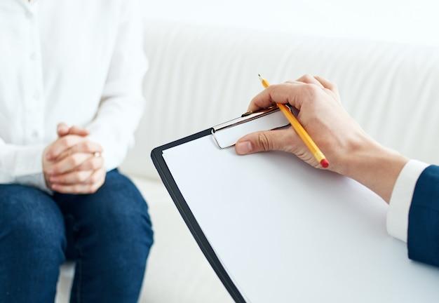 심리학자와 리셉션에서 여자 실내 문서 자른보기