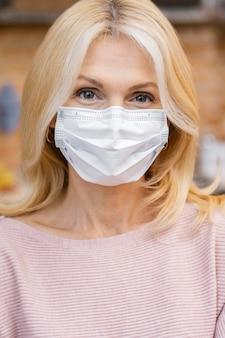 医療用マスクを持ったサロンの女性