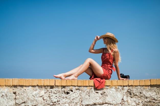 Женщина на море с волнами и голубым небом