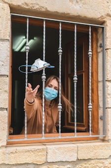 フェイスマスクを与えるウィンドウの女性
