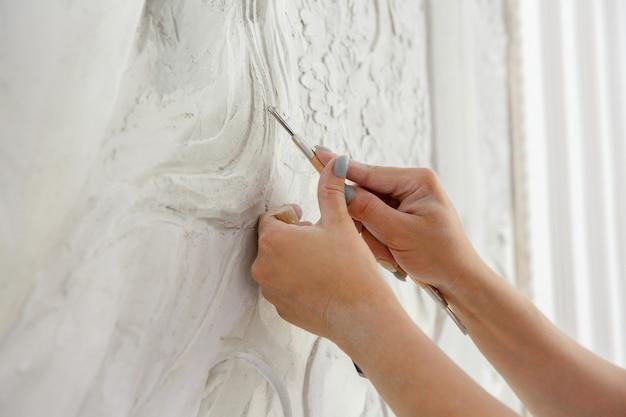 職場の女性の手工具ツール スタック パターン壁のレリーフ