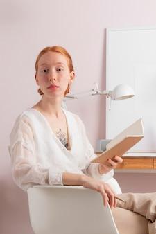 職場で読書をしている女性