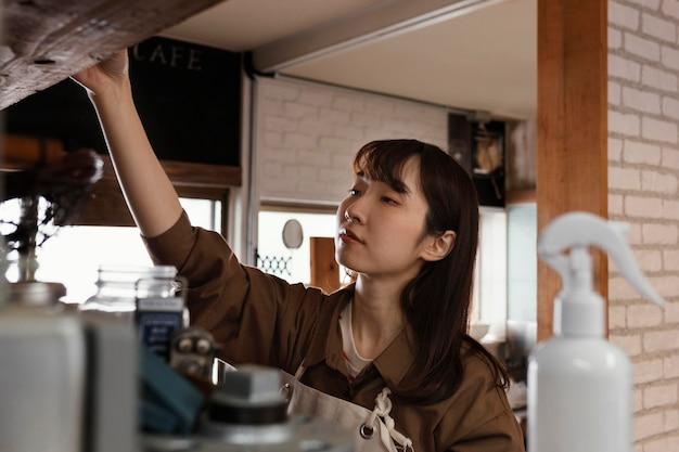 Женщина в мастерской средний план Premium Фотографии