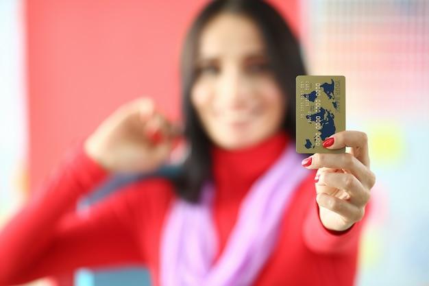 女性アトリエは手前に銀行カードを保持します。